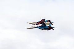aerobatics Deux chasseurs miroir images libres de droits