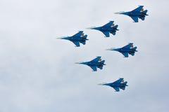 Aerobatics wykonujący lotnictwo grupą aerobatics powietrze zmuszają Rosyjskich rycerzy na samolotach Su-27 Obraz Stock
