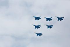 Aerobatics wykonujący lotnictwo grupą aerobatics powietrze zmuszają Rosyjskich rycerzy na samolotach Su-27 Zdjęcia Royalty Free