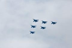 Aerobatics wykonujący lotnictwo grupą aerobatics powietrze zmuszają Rosyjskich rycerzy na samolotach Su-27 fotografia stock