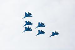 Aerobatics wykonujący lotnictwo grupą aerobatics powietrze zmuszają Rosyjskich rycerzy na samolotach Su-27 Zdjęcie Royalty Free