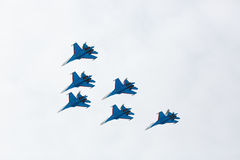 Aerobatics wykonujący lotnictwo grupą aerobatics powietrze zmuszają Rosyjskich rycerzy na samolotach Su-27 Zdjęcia Stock