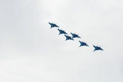 Aerobatics wykonujący lotnictwo grupą aerobatics powietrze zmuszają Rosyjskich rycerzy na samolotach Su-27 Obraz Royalty Free