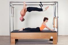 Aerobe Lehrerfrau und -mann Pilates herein Stockbild
