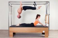 Aerobe Lehrerfrau und -mann Pilates herein Stockbilder