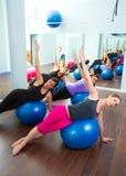 Aerobe Pilates Frauengruppe mit Stabilitätskugel Lizenzfreie Stockfotos
