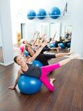 Aerobe Pilates Frauengruppe mit Stabilitätskugel Stockbilder
