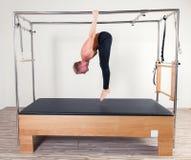 Aerober Lehrermann Pilates in Cadillac-Eignung Lizenzfreies Stockbild