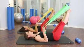 Aerober persönlicher Trainer Pilates in einer Turnhallengruppenklasse stock video footage