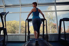 Aerobic-Übungen in der Turnhalle Stockbilder
