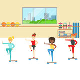 Aerobic-Klasse mit Schritt-Ausrüstung, Mitglied des Fitness-Clubs, der in der modischen Sportkleidung ausarbeitet und trainiert Stockfotos