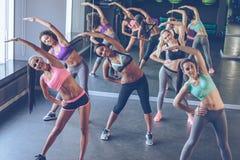 Aerobic mit Mädchen Lizenzfreie Stockfotos
