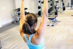 Aerobic Yoga tuende, aufwärmende Turnhalle oder Stockfotografie