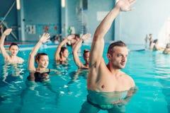 Aerobica dell'acqua nel centro sportivo di sport acquatico immagini stock libere da diritti