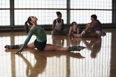 Aerobica di pratica femminile Fotografie Stock