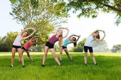 Aerobicklasse, die Flexibilitätsübungen tut Lizenzfreie Stockfotografie