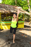 Aerobics på en tropisk strand Fotografering för Bildbyråer