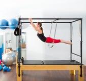 Aerobics pilates Ausbilderfrau in Cadillac Stockbild