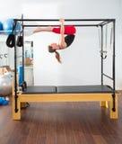 Aerobics pilates Ausbilderfrau in Cadillac Stockbilder
