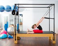 Aerobics pilates Ausbilderfrau in Cadillac Stockfotos