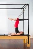 Aerobics pilates Ausbilderfrau in Cadillac Lizenzfreies Stockfoto