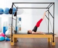 Aerobics pilates Ausbilderfrau in Cadillac Stockfoto