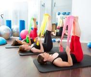 Aerobics pilates Frauen mit Gummibändern in einer Reihe Stockfotos