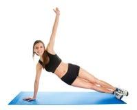 aerobics som gör den matta kvinnan för konditionidrottshall Arkivfoton