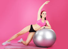 aerobics Sportliche Frau auf dem Eignungs-Ball-Trainieren Stockbild