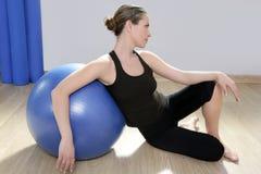 Aerobicseignungfrau pilates Stabilität blauer bal Stockfotos