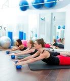 Aerobicspilateskvinnor med toningbollar i en rad Royaltyfri Fotografi