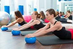 Aerobicspilateskvinnor med yogabollar Arkivbilder