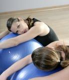Aerobicsspiegel entspannen sich Frau pilates Stabilitätskugel Lizenzfreie Stockfotografie
