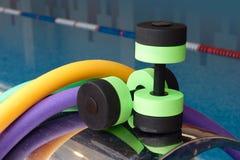 aerobików aqua dumbbells fotografia stock