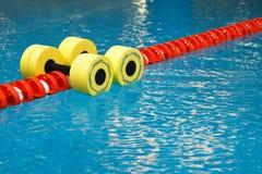 aerobików dumbbells woda Fotografia Stock
