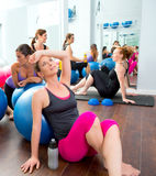Aerobików pilates kobiety grupują mieć odpoczynek przy gym Zdjęcia Royalty Free