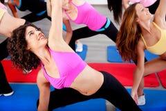 aerobiki robią ćwiczenie kobiety zdjęcia royalty free