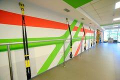 Aerobiki wiruje ćwiczenie rowerów gym pokój zdjęcie royalty free