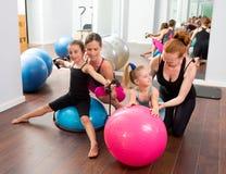 Aerobików pilates kobiet dzieciaka dziewczyn ogłoszenia towarzyskiego trener Obrazy Royalty Free