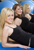 aerobisk övande idrottshall tre kvinnabarn royaltyfri foto