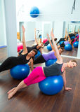 Aerobisk Pilates kvinnagrupp med stabilitetsbollen Royaltyfria Foton