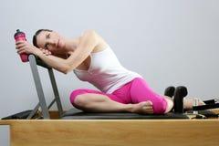 aerobiska pilates för flaskidrottshallholding water kvinnan Royaltyfri Foto
