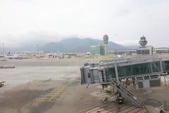 Aerobridge, das auf ein Flugzeug wartet, um auf Flughafen anzukommen Lizenzfreie Stockfotografie