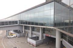 Aerobridge, das auf ein Flugzeug wartet, um auf Flughafen anzukommen Stockfotos