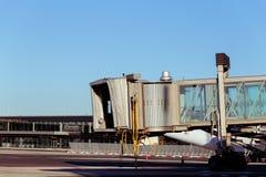 Aerobridge die op een vliegtuig wachten om op airpor aan te komen Royalty-vrije Stock Foto's