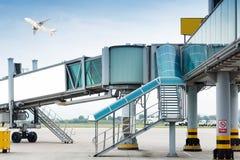 Aerobridge am Flughafen Stockbild