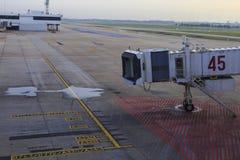 Aerobridge in geparkeerd luchthavenvliegtuig Stock Fotografie