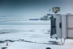 Aerobridge vacío del aeropuerto en tiempo del invierno en Fotografía de archivo libre de regalías