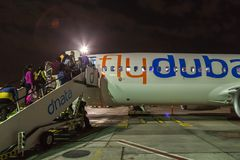 Aerobus Boeing 737 emiraty przy Dubaj lotniskiem, Zlany Arabski emir Zdjęcie Royalty Free