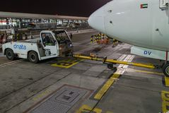 Aerobus Boeing 737 emiraty przy Dubaj lotniskiem, Zlany Arabski emir Obraz Stock